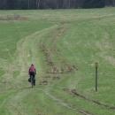 Cyklotrasa vede cestou necestou polem nepolem