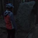 Měsíční kámen je nedaleko silnice, tak jdeme jeho tajemnou energii prozkoumat