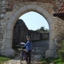 Středověkou branou vstupujeme do hradu