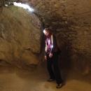 Míla osvícená paprskem světla pronikajícího do hradního sklepení