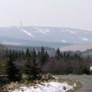 V dálce je Klínovec, náš cíl. To bílé je sníh.
