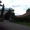 Před hradem Houska