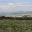 Výhledy z hor Bystřických na Kladskou kotlinu a za ní Czarnou Góru a masiv Sněžníku