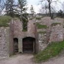 Vstupní brána zevnitř - patrná rekonstrukce včetně zatravnění