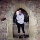Markéta je tu jak domácí hradní paní, velikost středověkých dveří jí vyhovuje