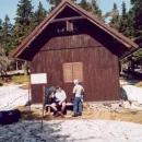Pauza na sváču u lovecké boudy Babuša - jediné místo bez sněhu
