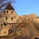 Hradní palác Točníku ze západní strany zalitý zapadajícím sluncem