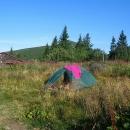 Ráno u chaty pod Chlebom, za stromy se ukrývá Velký Kriváň, nejvyšší hora Malé Fatry