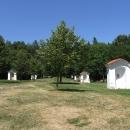 U kláštera je vystavěna i křížová cesta