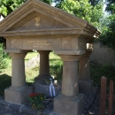 Po sjezdu z Hřebenů dojíždím konečně do Neumětel k Šemíkovu hrobu