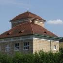 Pěkně zdobená škola v Krušovicích