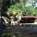 Ve skalách je ukryto i malé divadlo