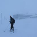 Jenže za Malým Šišákem jsme zase vlezli do mraku a mlhy a přihnal se vichr. Fotit nebylo co a při vytažení ruky z rukavice by při -10 hrozilo omrznutí. Do Luční boudy jsme málem narazili :-)