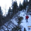 Značka se stáčí po východním úbočí Malé Kotelní jámy. Sem slunce přes den nedosáhne, ťapeme ve sněhu.
