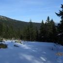 Cesta mírně stoupá a pak se láme k Dvoračkám. Z nejvyššího místa vidíme v dáli vykukující Sněžku