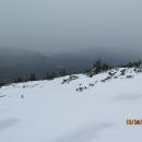 Na ukázku toho, jak rychle se může v horách počasí měnit, se i nyní zatahuje a začíná drobně sněžit.