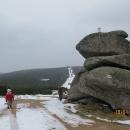Skalní útvar Tvarožník, hraniční patník je narafičený efektně až na nejvyšším kameni.