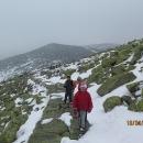 Obcházíme Vysoké kolo (1509 m), čtvrtou nejvyšší horu Krkonoš, kterou Šárka přejmenovala na Zelené kolo,protože je pokrytá kameny porostlými zeleným mechem.