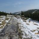 Sníh je v dnešním teplém dni rozbředlý a kam se opírá slunce, čvachtáme přímo ve vodě.