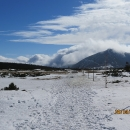 Dramatická oblačnost jakoby vytvářela další hřeben nalevo od Sněžky