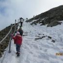 V horní partii se míjíme s turisty, kteří se nahoru vyvezli lanovkou a pak po sněhu klouzají dolů