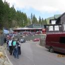 Fronta na lanovku (mimochodem, ta dřevěná chata napravo se jmenuje LESOVNA :-))
