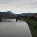 Stolová hora Lilienstein se tyčí nad řekou Labe. Stejný obrázek jsem se cvakla i v létě, když jsme tudy jeli z Hamburku. Tak příště třeba pěšky nahoru?