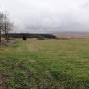 Hřebenová cyklotrasa č. 23 za Krásným lesem. Počasí je takové zamračené, nic moc.