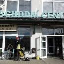 Obchodní centrum, které ovládli Vietnamci, je ale naštěstí otevřené. Dokupujeme hlavně chleba (byl 3 dny prošlý, ale co naděláme, jiný neseženeme)