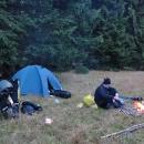 Nocleh na německé hranici, kde se stáváme marným cílem neúspěšné pátrací akce místní policie a hajného. Celý tým za tmy pátrá po údajných pašerácích drog, kteří si v podvečer na louce u lesa dělali ohýnek. Údajní pašeráci byli hajným objeveni až ráno, jak si v poklidu opékají chleba a dopíjejí hruškovici. Je jim zima, jsou 2°C.