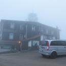 A tady je vidět, že 1028 metrů je málo :-( No nic, otáčíme se a jedeme pryč, hledat nocleh. Ne daleko, třeba se ráno mlha rozplyne a bude mít smysl se sem vracet.