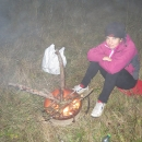 Táboříme opravdu maličký kousek pod vrcholem. Oheň (nutnost v tomto nečase) jsme rozdělali v nějakém květináči, který se tady válel odhozený, aby nám nikdo nemohl vynadat.