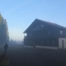 No co naděláme, opouštíme zavřenou Švýcarskou boudu, nedaleko níž jsme nocovali a jedeme dál.