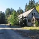 Nějaká bývalá chata někde cestou