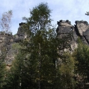 Pod skalními stěnami v údolí řeky Biela