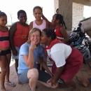 Veselé setkání s dětmi na autobusové zastávce