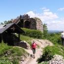 Vyhlídka na Kumburku (vlevo je vchod do sklepení)