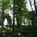 Mohutné okno ze zbytků hradu Bradlec