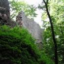 Nejzachovalejší část Bradlece, vysoká zeď z pískovcových kvádrů