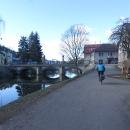Skrz Jablonné nad Orlicí už nejezdíme po hlavní, ale bokem po cyklotrase. Je tak pěkně vidět staronový most přes Tichou Orlici.