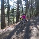 Za Verměřovicemi najíždíme na neznámou trasu, je teda pěkně do kopce. Šárka má předělané převody, takže 11% kopec zvládla.
