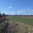 Po náročnějším stoupání jsme z lesa vyjeli na louky nad Petrovice. Úskalí jarních výletů je bahno.