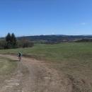 Nad Dolní Dobroučí jsme objevili novou trasu, která vede souběžně s cyklostezkou v údolí Orlice. Je kopcovitá, ale poskytuje fantastické výhledy na celý hřeben Orlických hor.