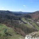 Výhled z hradu do údolí Tiché Orlice. Fotila Markéta z rozhledny! (Luděk s Víťou jsou dole)