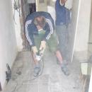 Luděk se pustil do výkopu v podlaze tak vehementně, že ostatní sotva stačí odklízet nábytek