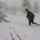 Luděk zkoumá hloubku sněhu
