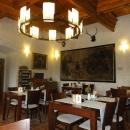 V restauraci. Na té fotce to tak nevypadá, ale vše je krásně a stylově zrekonstruované, malby na zdi jsou dobové!