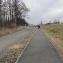 Tohle jsem nepochopila. Cyklostezka vede podél málo používané asfaltky vedoucí ke kravínu. Stezka mohla vést po silnici a peníze mohly být použity úplně jinde! :-(
