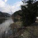Vlevo hráz pastvinské přehrady, vpravo naše cesta