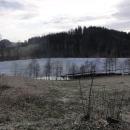 Hladina vodní nádrže je překvapivě pokryta ještě poměrně velkou vrstvou ledu